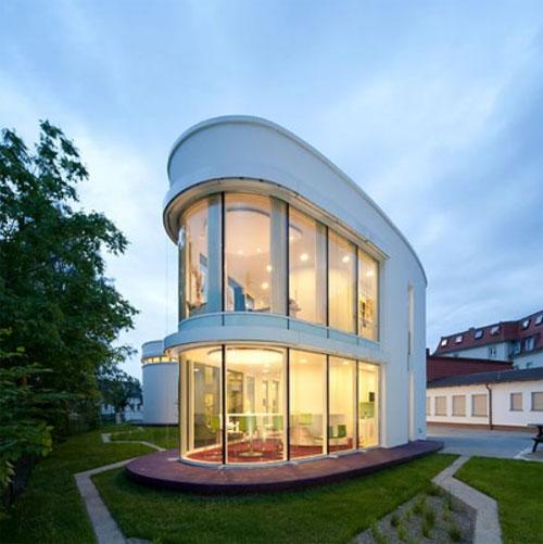 Oficinas de Saegeling Medizintechnik, situadas en un jardín y con ventanales muy grandes